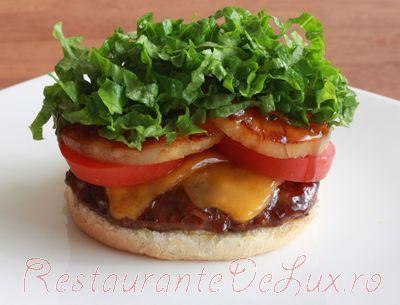 Hamburgeri de vită cu mozzarella, pe paine şi dovlecei