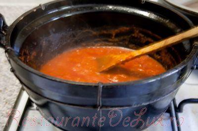 Mancare de vinete cu sos de rosii