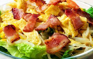 Salata_cu_omleta_muguri_de_soia_si_bacon