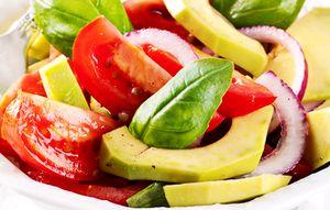 Salata_de_avocado_cu_rosii_si_ceapa