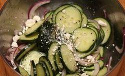 Salata de castraveti cu ceapa si branza feta