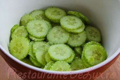 Salata de castraveti cu dressing de smantana si boia de ardei