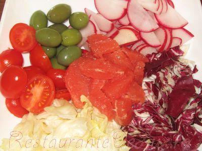 Salata de cruditati cu grapefruit si masline