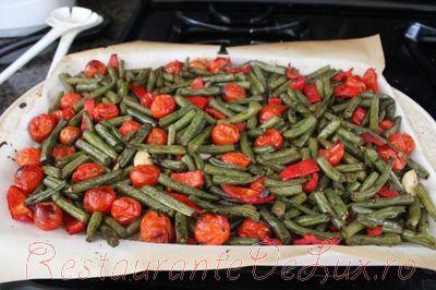 Salata de legume coapte cu sos pesto si nuci prajite
