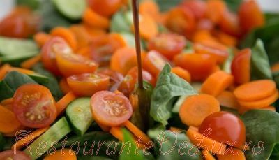 Salata de legume cu vinegreta de otet balsamic si parmezan ras