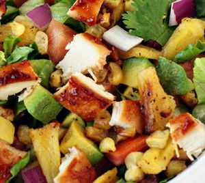 Salată de pui cu legume si masline