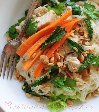 Salata de pui in sos de nuca de cocos cu arahide