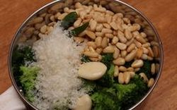 Sos pesto cu broccoli si nuci de pin