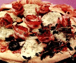 Pizza_cu_bacon_si_masline