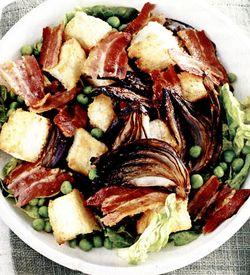 Salata_cu_ceapa_rosie_masline_si_bacon_afumat