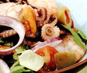 Salata_de_fructe_de_mare_cu_rosii_si_ceapa_rosie
