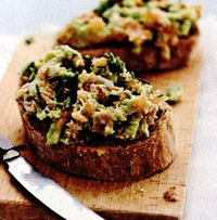 Tartine cu avocado si ansoa