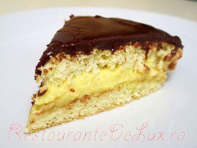 Tort cu crema de lapte si glazura de ciocolata