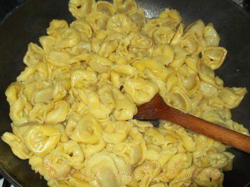 Tortellini cu sos de smantana si parmezan