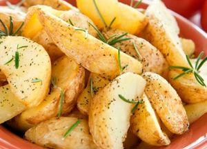 Cartofi rumeniţi cu rozmarin, usturoi şi piper