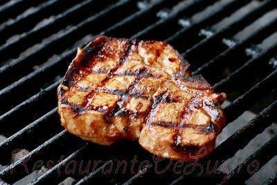 Cotlet de porc la gratar cu sos de soia