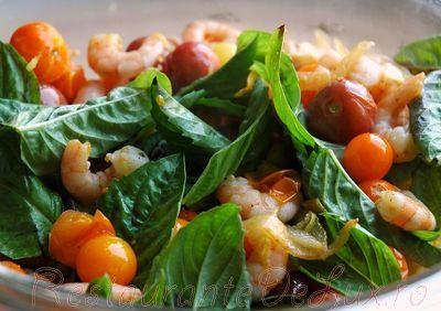 Salata calda de creveti cu orez si rosii