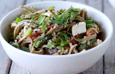 Salata de noodles cu legume si susan