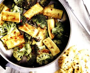 Broccoli_cu_branza_halloumi_si_ardei_iute