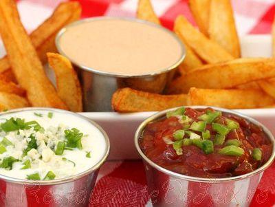 Cartofi prajiti cu sos picant si sos de maioneza