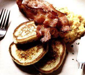 Clatite_din_cartofi_cu_oua_jumari_si_bacon_crocant