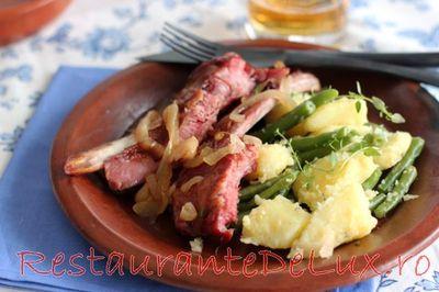 Coaste de porc afumate cu garnitura de cartofi si fasole verde