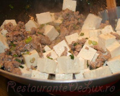 Mancare de porc cu tofu si sos