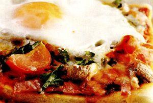 Pizza_cu_salam_ciuperci_si_ou