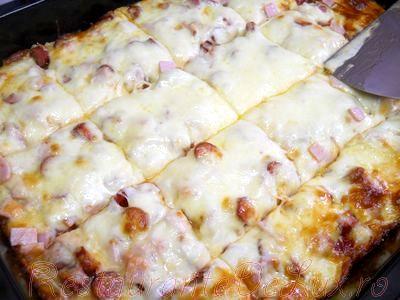 Pizza de casa cu sunca, cascaval si mozzarella