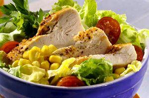 Salata cu piept de pui, porumb si alune