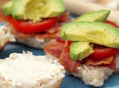 Sandwich-uri cu bacon, rosii si avocado