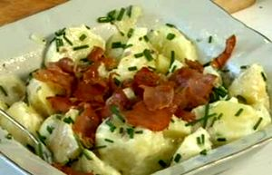 Cum_se_prepara_salata_de_cartofi_cu_bacon_si_iaurt