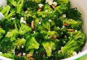 Salata de broccoli cu branza feta si migdale
