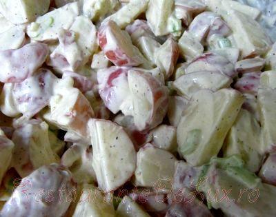 Salata de cartofi rosii cu telina si maioneza