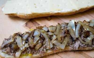 Sandwich cu carne de porc si sos de maioneza cu usturoi