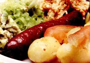 Retete_usoare_Salata_calda_cu_cartofi_si_carnati
