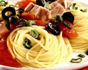 Spaghete_cu_ton_usturoi_si_sos_de_rosii