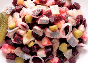 Salată de sfeclă roşie cu peşte