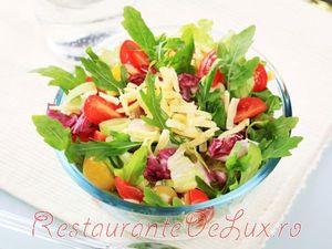 Salata cu ciuperci, avocado si ceapa rosie