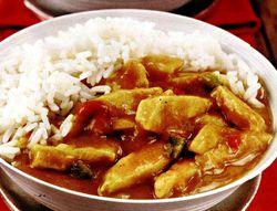 Curry_de_pui_cu_garnitura_de_orez