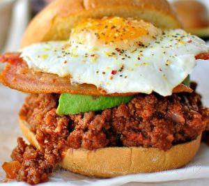 Hamburger_de_vita_cu_bacon_avocado_si_ou_03