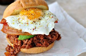 Hamburger_de_vita_cu_bacon_avocado_si_ou_04