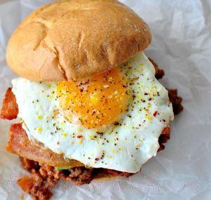 Hamburger_de_vita_cu_bacon_avocado_si_ou_05