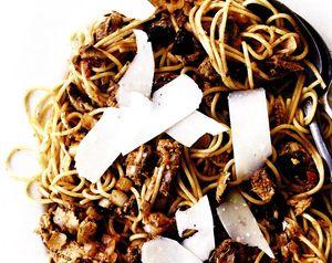 Spaghete_cu_sardine_masline_si_parmezan
