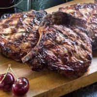Cotlete de porc cu sos de cirese