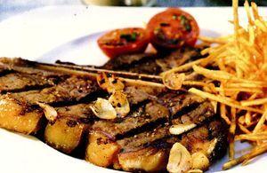 Retete_pentru_gratar_Cotlet_de_porc_si_cartofi_pai