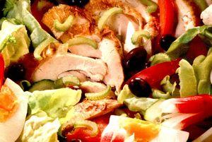Salata_cu_pastrama_de_pui_si_legume