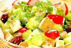 Salată cu telemea marinată