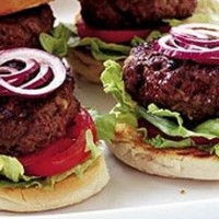 Burger_de_vita_cu_ceapa_si_rosii