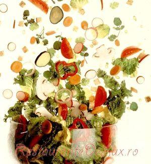Salată verde cu nectarine si curcan